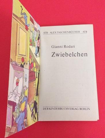 Frontespizio - Gianni Rodari, Zwiebelchen. Ein Roman, illustrazioni di Raul Verdini, Der Kinderbuchverlag, Berlin, 1956, tradotto dall'italiano da Pan Rova.