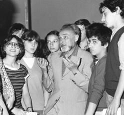Primo Levi among the students of the Rosselli Middle School, May 24 1979. Copyright La Stampa
