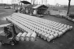 Azzalin, a Siva worker, with a load of cans for export the Soviet Union. Settimo Torinese, 1970s