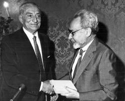 """Primo Levi at """"Circolo della Stampa"""" Prize, with Alfredo Toniolo, Turin, May 31 1984. Copyright La Stampa"""