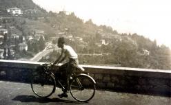 Primo Levi in bicicletta in gita al lago, 1941. Proprietà di Bianca Guidetti Serra.